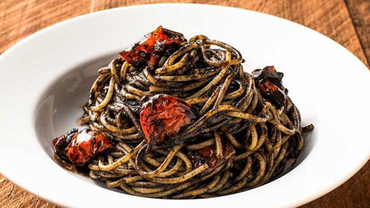 イカ墨とセミドライトマトのスパゲッティーニ